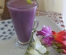 Koktajl bananowo jagodowy  Składniki  1 banan 0,5 szklanki jagód w syropie lub soku z jagód 1 szklanka zimnego mleka Ewentualnie miód lub cukier puder ale jak owoce słodzone to ...