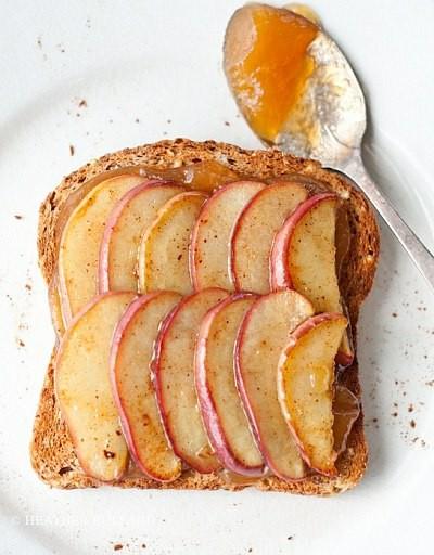 Tosty z jabłkami i miodem. Zrób tosty, posmaruj miodem, dodaj pokrojone jabłka i posyp cynamonem.