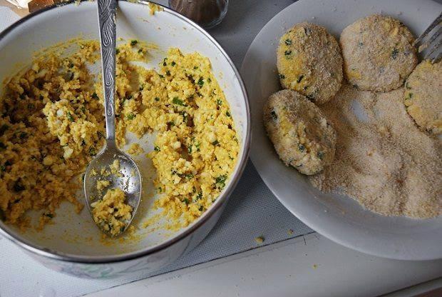 Kotlety z jajek  SKŁADNIKI: 6 jaj (ugotowanych) 2 dkg masła 5 dkg cebulki 6 dkg bułki tartej (1 szklanka) 1/8 l. mleka (1/2 szklanki) sól, pieprz  SPOSÓB PRZYGOTOWANIA  1. Ugotowane na twardo jajka zemleć przez maszynkę. Cebulkę pokroić na małe kawałki, zeszklić na maśle. 2. Do miski wlać mleko, wsypać bułkę tartą, dodać jajka i cebulkę. Całość wymieszać na gładką masę. Dosolić i dopieprzyć do smaku. 3. Z masy formować pulpeciki. Obtoczyć w bułce tartej. Smażyć na tłuszczu. Podawać z surówką z kwaszonej kapusty i ziemniakami. SMACZNEGO!