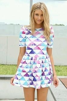 sukienka w trójkąty