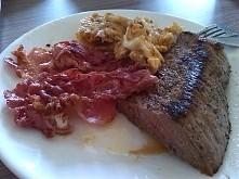 'świąteczne' śniadanie mistrzów ;-)  jajka + bekon + stek