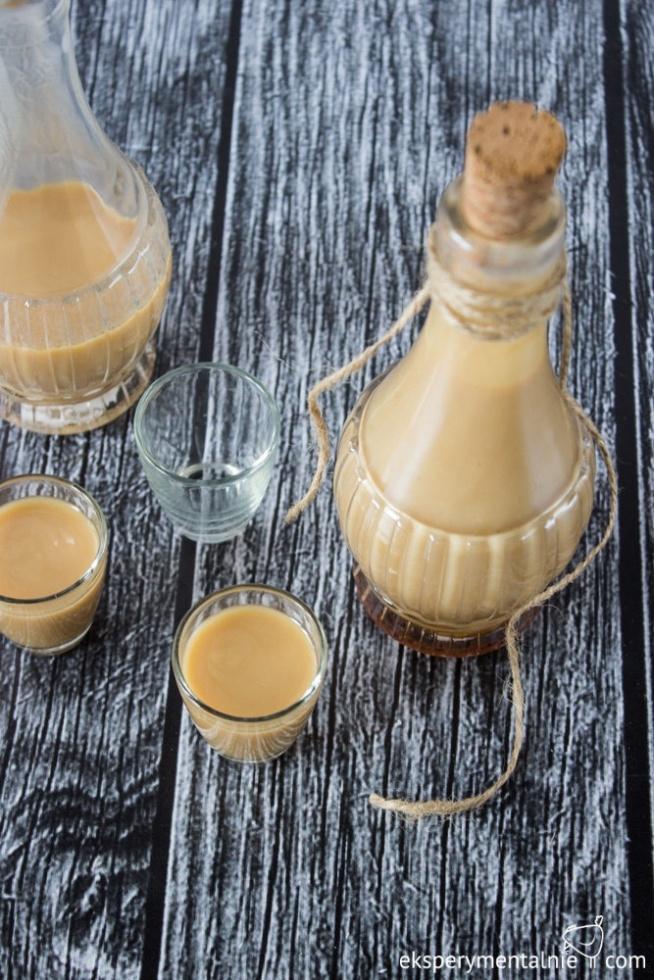 Likier kawowy z białą czekoladą - przepis 150 ml śmietanki 30% 2 łyżki kawy rozpuszczalnej odrobina wrzątku 250 ml spirytusu 80 g cukru 100 g białej czekolady 200 ml mleka