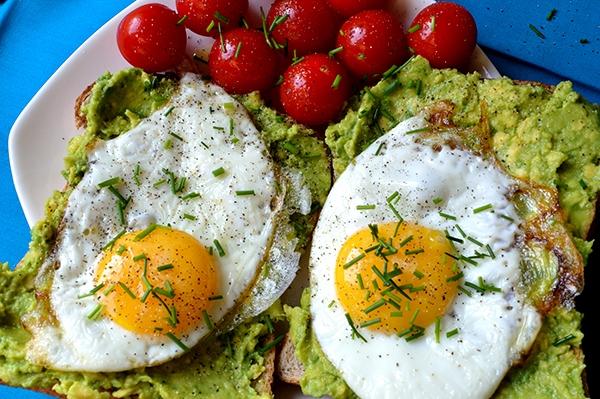 idealne śniadanie dla każdego pragnącego schudnąć i zdrowo się odżywiać. Avocado z jajkami na pełnoziarnistym chlebie.