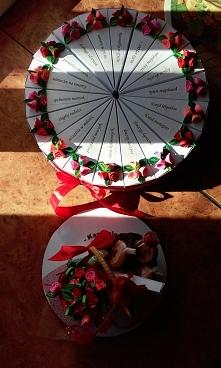 Tort z papieru na 18 urodziny, z 18 kawałków. Cały tort podzieliłam na 3, po 6 kawałków, i tak w 6 kawałkach są czekoladki, w następnych 6 są zdrapki totolotka, a w kolejnych 6 ...