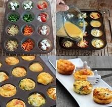 Składniki: -4 jaka, - ser feta, - szynka, - szczypiorek, - papryka, - pomidor, - ser żółty. Masę jajeczną wylewamy do przygotowanych foremek, na dnie których układamy wybrane sk...