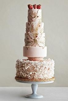 Tort weselny z truskawkami.