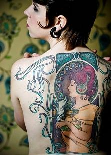 Tatuaż w stylu Alphonsa Mucha