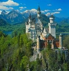 Najbardziej bajkowy zamek świata - Neuschwanstein, Niemcy  Zamek Neuschwanstein, położony wśród szczytów bawarskich Alp, uważany jest za jeden z najpiękniejszych na świecie. To ...