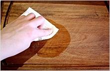 Czy wiecie że aby usunąć bakterię, które znajdują się na naszej desce do krojenia, wystarczy umyć ją gorącą wodą, po czym przetrzeć octem.  Dzięki silnym właściwościom bakteriob...