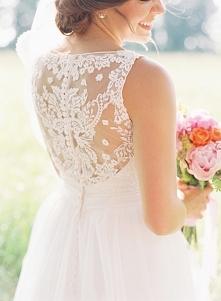 Zdjęcie ślubne, które warto mieć: tył sukni ślubnej. fot.Cassidy Carson Photography Więcej na blogu Madame Allure!