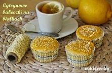 Składniki na 9 babeczek:      4 białka     1/2 szklanki cukru     2/3 szklanki mąki     70g roztopionej margaryny     skórka z cytryny   Piekarnik nagrzej do 170C. Formę na muff...