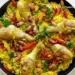 Paella z kurczakiem   PRZEPIS:  Paella Paella to hiszpańska potrawa posiadająca wiele odmian. Bazą tego dania jest ryż średnioziarnisty z dodatkiem szafranu, gotowany w specjalnej patelni z dwoma uchwytami tzw. paella. Do ryżu dodaje się mięso (drób, królik), owoce morza (małże, kalmary, krewetki) lub warzywa (pomidory, papryka, groszek). Potrawę podaje się zazwyczaj na obiad jako pierwsze lub główne danie i powinno się je spożywać bezpośrednio z naczynia, w którym było przygotowywane. Szafran zabarwia ryż na piękny żółty kolor, dlatego danie jest bardzo kolorowe i apetyczne.  U mnie dzisiaj paella z pałkami kurczaka, chrupiącym boczkiem oraz warzywami. Polecam!      Paella  Składniki na 4 porcje:  200g boczku 6 pałeczek z kurczaka szklanka ryżu średnioziarnistego 2 cebule 2 ząbki czosnku 2 papryki różnokolorowe szklanka groszku mrożonego 700ml bulionu drobiowego przyprawy: sól, pieprz, papryka słodka i ostra, nitka szafranu  Wykonanie: Cebulę i czosnek drobno siekamy. Papryki oczyszczamy z gniazd nasiennych, myjemy i kroimy w paseczki. Boczek kroimy w słupki. Pałeczki oprószamy solą, pieprzem, słodką i ostrą papryką. Na patelni rozgrzewamy kilka łyżek oliwy, obsmażamy na rumiano pałeczki kurczaka. Odkładamy je na talerz. Na tym samym tłuszczu podsmażamy cebulę z czosnkiem, gdy się zeszklą dodajemy ryż, szafran i chwilę smażymy. Następnie dodajemy paprykę, mieszamy i podsmażamy kilka minut. Na patelnię wlewamy bulion, do ryżu wkładamy również pałeczki i całość dusimy pod przykryciem, aż ryż wchłonie cały płyn i zmięknie. Potrawy nie mieszamy! Pod koniec dodajemy groszek, doprawiamy do smaku. Boczek podsmażamy na osobnej patelni bez tłuszczu. Posypujemy nim gotową potrawę.