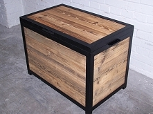 Skrzynia ze starego drewna połączona ze stalą