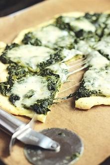 Składniki:  ciasto na pizzę z tego przepisu  opakowanie mrożonego szpinaku w liściach (450g) duże opakowanie mozz..  link po kliknięciu na zdjęcie