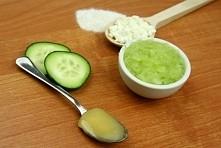 DIY Maseczka ogórkowa  2 łyżeczki twarogu białego, 2 łyżeczki mąki gryczanej, 1,5 łyżeczka miodu, 1 ogórek zielony. Dodatek twarogu i miodu ma silne działanie uelastyczniające, ...