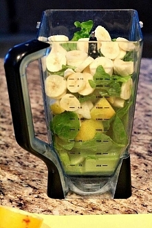– 1 banan – 1 duża gruszka lub zielone jabłko, dostarczy ci całodniowego zapotrzebowanie na witaminy i minerały – kubek/garść szpinaku – kubek/garść sałaty rzymskiej – kubek/gar...