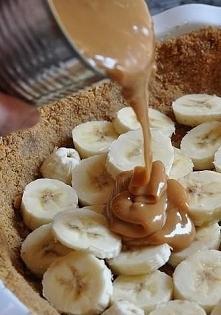 SKŁADNIKI: 6 średniej wielkości bananów śmietanka tortowa 36%, Śnieżka do zagęszczenia Toffi krówka 1 puszka czekolada gorzka (tylko do posypki) Herbatniki maślane zwykłe margar...