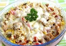 Zapiekanka Gyros  Składniki: 3 filety z kurczaka  mała puszka kukurydzy lub 0,5 normalnej 1 strąk czerwonej papryki 1 strąk zielonej papryki 1 fioletowa cebula  2 garście makaro...