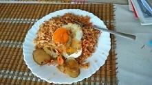 Szybki obiad :-) kasza bulgur z vermicelli,jajko sadzone,sałatka szwedzka