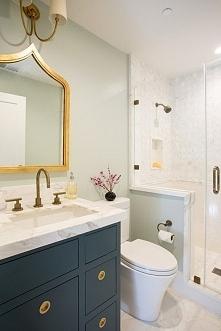 Łazienka klasyczna, ale w bardzo modnych kolorach - granat, złoto i biel <3 Więcej inspiracji na blogu moojconcept .com ZAPRASZAM :)