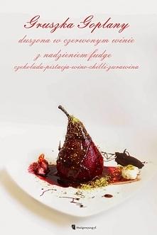 Gruszka Goplany duszona w czerwonym winie z nadzieniem fudge o smaku czekolada-pistacja; Po przepis kliknij w zdjęcie :)