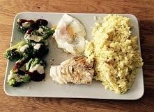 Ryba z brokułami, ryżem i jajkiem sadzonym. Przepis na fb: Move Your Life. Zapraszam! :)
