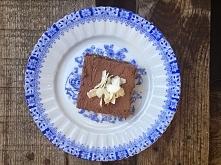 mocno czekoladowe ciastko z daktylowo-orzechowym spodem