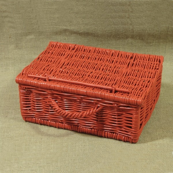 Kasetka wiklinowa wypleciona z polskiej wikliny a następnie pomalowana na kolor czerwony. Dostępna o szerokości od 25 do 60 cm