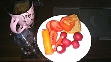 kolacja, podpieczony chleb, warzywa i herbata z bratka
