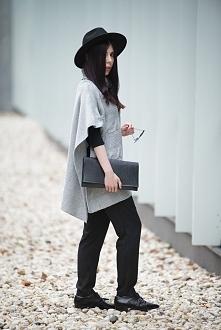 Wielkie, szare ponczo, eleganckie spodnie, półbuty, fedora i lakierowana kope...