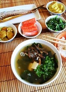 Śniadanie w japońskim stylu: zupa miso (z tofu, cebulą dymką, wodorostami wak...