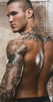 Pewnie nie znacie tego Pana ale ja wiem kto to.Ma śliczne tatuaże na obydwu r...