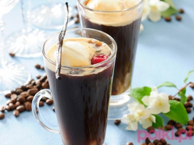 Mrożona kawa z lodami  Tego potrzebujesz:      4 łyżeczki kawy rozpuszczalnej     4 łyżki przegotowanej zimnej wody     50 ml śmietanki 30%     2 łyżki cukru     4 kostki lodu     ok. 250 ml wody gazowanej     2 kulki lodów waniliowych  Sposób przygotowania Sprawdź przepis na kawę mrożoną z lodami!      Kawę rozpuść w zimnej wodzie.     Zmiksuj lub dokładnie wymieszaj ze schłodzoną śmietanką i cukrem (możesz zastąpić go syropem - np. orzechowym, kokosowym).     Do 2 wysokich szklanek wrzuć po 2 kostki lodu.     Zalej je zimną kawą.     Uzupełnij wodą gazowaną do 3/4 wysokości szklanki.     Do każdej porcji kawy włóż kulkę lodów, od razu podawaj.