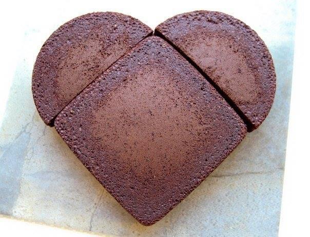 Chciałabyś upiec tort w kształcie serca a nie masz takiej formy? Możesz to zrobić przy użyciu formy kwadratowej i okrągłej przekrojonej w połowie. (zdj)