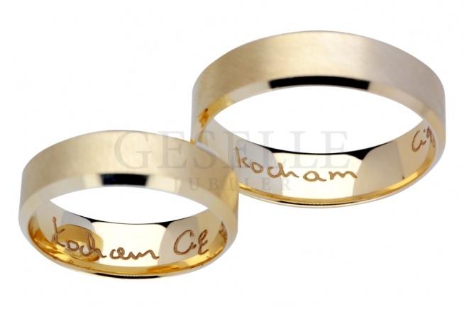 """Eleganckie, złote obrączki ślubne z fazą i grawerem laserowym - odręczny napis """"kocham Cię"""" - realizacja GESELLE Jubiler"""