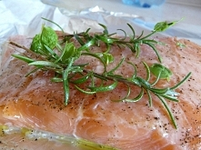 Łosoś jeszcze przed upieczeniem :D Doprawiony, solą, pieprzem, odrobiną oliwy z oliwek, rozmarynem , miętą i ząbkami czosnku. Pieczony w folii 15 minut w 180 st. Pyszne i zdrowe
