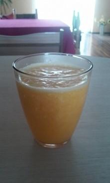 Domowy sok pomarańczowy.  :)   1 duża pomarańcza   sok 0,5 cytryny  0,5 szkla...