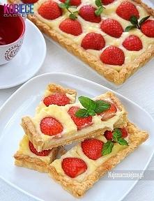 Tarta truskawkowa z budyniem...Pychota :) Składniki (forma 13×36 cm): truskawki, liście świeżej mięty do ozdoby. Ciasto: 200 g mąki pszennej, 100 g zimnego masła, 2 łyżki cukru,...