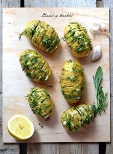 Faszerowane ziemniaki na grilla. . SKŁADNIKI : ziemniaki świeże (ilość wedle uznania, mniej więcej jednakowej wielkości ) szałwia świeża tymianek koperek świeży czosnek ok 1 ząb...