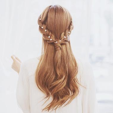 Te kwiatki tak świetnie wyglądają  w tych włosach i przy takiej fryzurze :**
