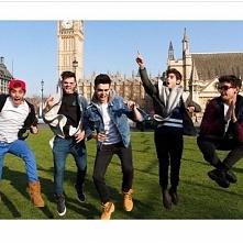 A oto całe Janoskians ♥ Beau, Daniel, James, Jai, Luke (w kolejności na zdjęc...