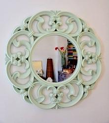 Piękne i efektowne lustro na ścianę. Rama lustra jest w kolorze miętowym, wykonana z masy poliuretanowo-żywiczej.   Przy indywidulanych zamówieniach jest możliwość przemalowania...
