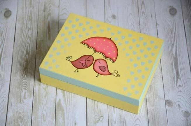 Subtelne pudełko na obrączki ślubne z motywem zakochanych ptaszków. Pudełko jest drewniane, praca malowana farbami akrylowymi, zabezpieczona woskiem. Wnętrze zostało ozdobione sercami na obrączki. Z możliwością wypisania imion/ inicjałów pary młodej.  Do kupienia w ślubnym sklepie internetowym Madame Allure!  >>> link w komentarzu <<<