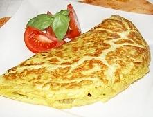 Jak zrobić omlet? Rzeczy, których potrzebujesz: 2 jajka, 2 łyżki śmietany, 1 łyżeczka masła, sól, szczypiorek 1 Do garnuszka wbijamy 2 jajka, dajemy 2 łyżki śmietany i solimy do...