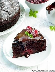 Ciasto malinowe z sosem czekoladowym