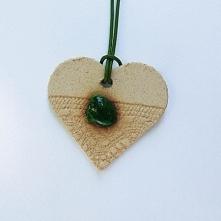 SERDUSZKO Z ZIELONYM OCZKIEM - Ceramiczne serduszko z zielonym oczkiem to nie...