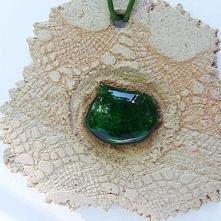 ŻABIE OCZKO - to duży wisiorek z białej szamotowej gliny z oczkiem z zieloneg...