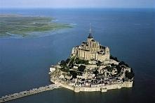Francja.Mont Saint Michel - klasztor na wodzie. Opactwo i miasteczko w Norman...