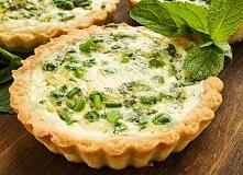 Składniki:      1,5 szklanki mąki     15 dag masła     ¼ łyżeczki proszku do pieczenia     2 jajka     łyżka oliwy     50 dag piersi z kurczaka     2 ząbki czosnku     cebula   ...