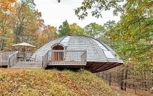 Ten domek wygląda jak talerz UFO, ale poczekaj, aż zajrzysz do środka!
